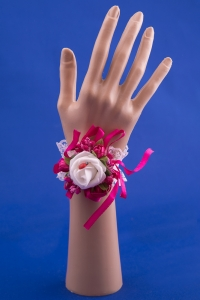 Малиновая бутоньерка-браслет на руку №21
