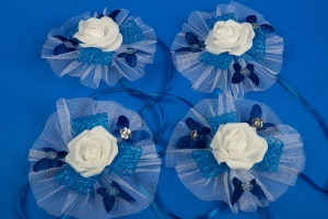 Бело-синие бутоньерки на свадебную машину №5