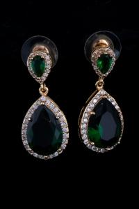 Яркие сережки с зеленым камнем №2