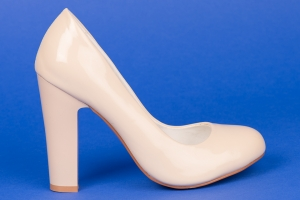 Пудровые лаковые туфли на высоком каблуке