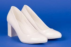 Белые лаковые туфли на устойчивом каблуке