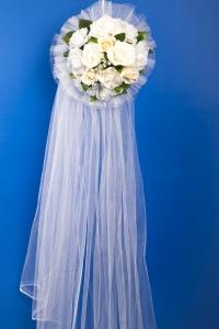 Свадебное украшение на машину с цветами
